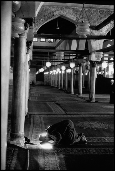 EGYPT. Cairo. Al Azhar mosque. 1987. A muslim prays.