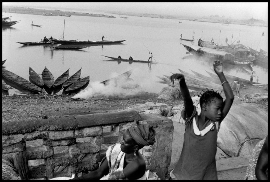 MALI. Mopti. 2002. City dwellers by the river Niger at dawn.