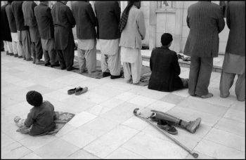 AFGHANISTAN. Kabul. Pol-e-Keshti Mosque. Friday prayer. 1992.