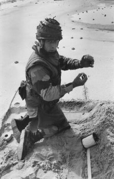 KUWAIT. Kuwait city. French soldier demining the beach. 1991.
